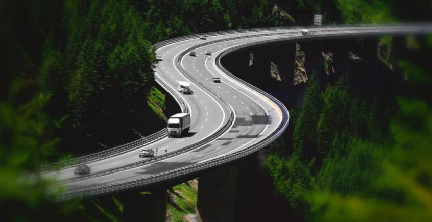 Carretera_atraviesa_bosque_puente.jpg