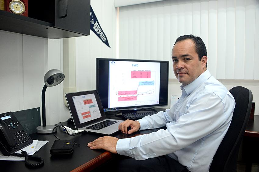 Luis Guillermo Loría es catedrático de la Universidad de Costa Rica, doctor por la Universidad de Nevada, es profesor del posgrado en Ingeniería de Transportes y Vías y en la Escuela de Ingeniería Civil y desde hace 17 años trabaja en el LanammeUCR. Créditos: Rafael León, www.ucr.ac.cr.