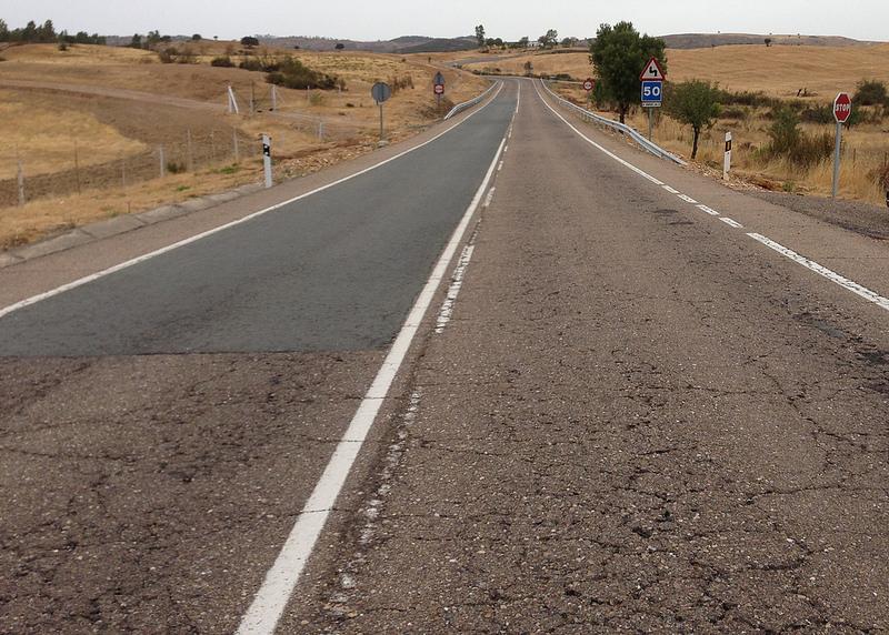 Pavimento en mal estado: grietas, baches y pérdida de material bituminoso   Créditos: Asociación Española de la Carretera (AEC), 2016.