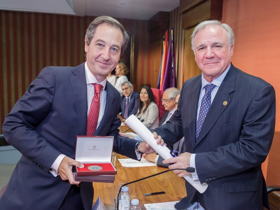 Eduardo Fernández Bustillo, miembro de la junta directiva de ASEFMA, recibe la medalla de honor de la Asociación Española de la Carretera (AEC) de manos del presidente de la entidad, Juan Lazcano | Créditos: AEC 2016.