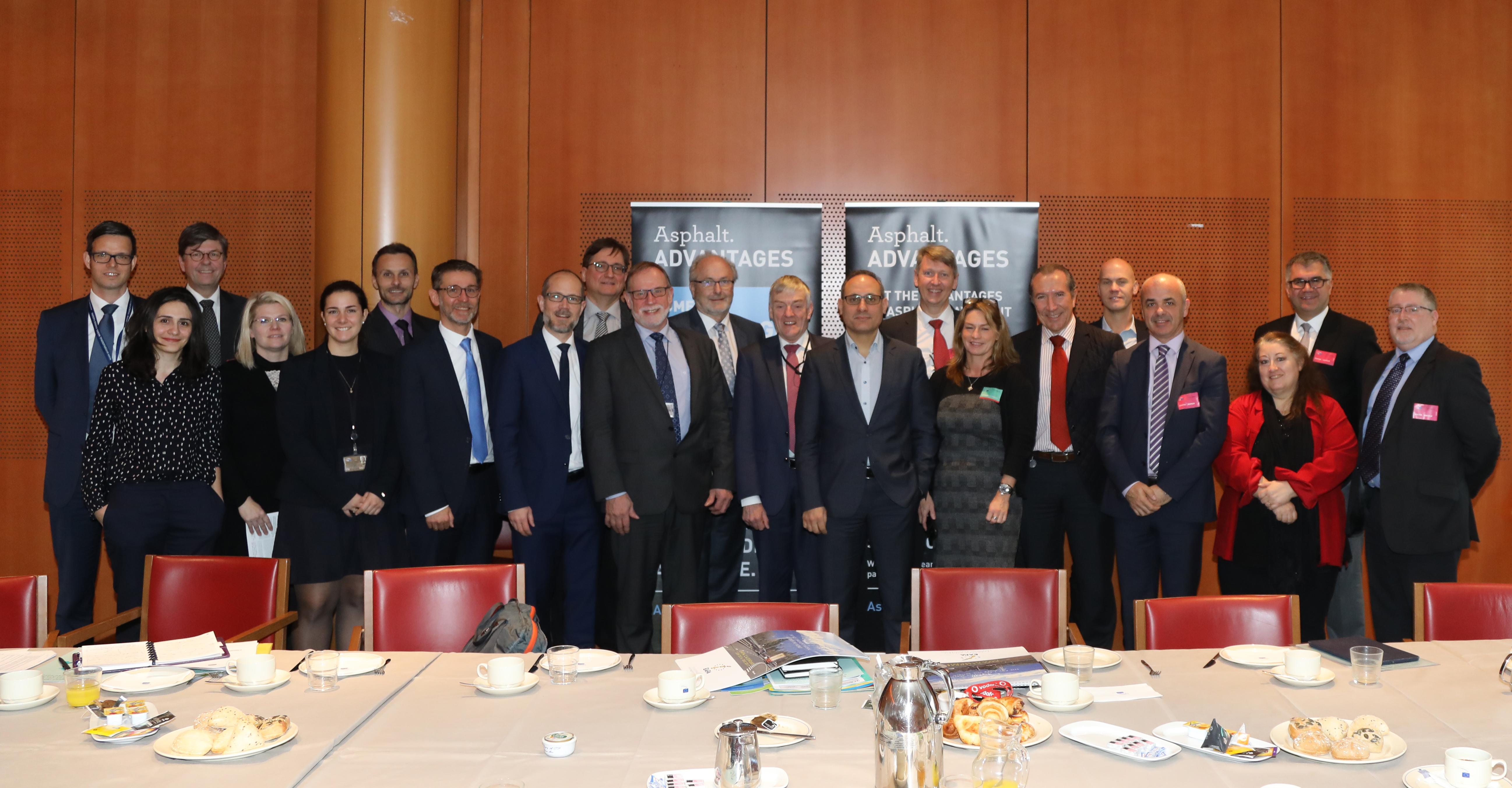 Participantes en el desayuno de trabajo sobre pavimentación asfáltica celebrado en el Parlamento Europeo el jueves 17 de noviembre de 2016.