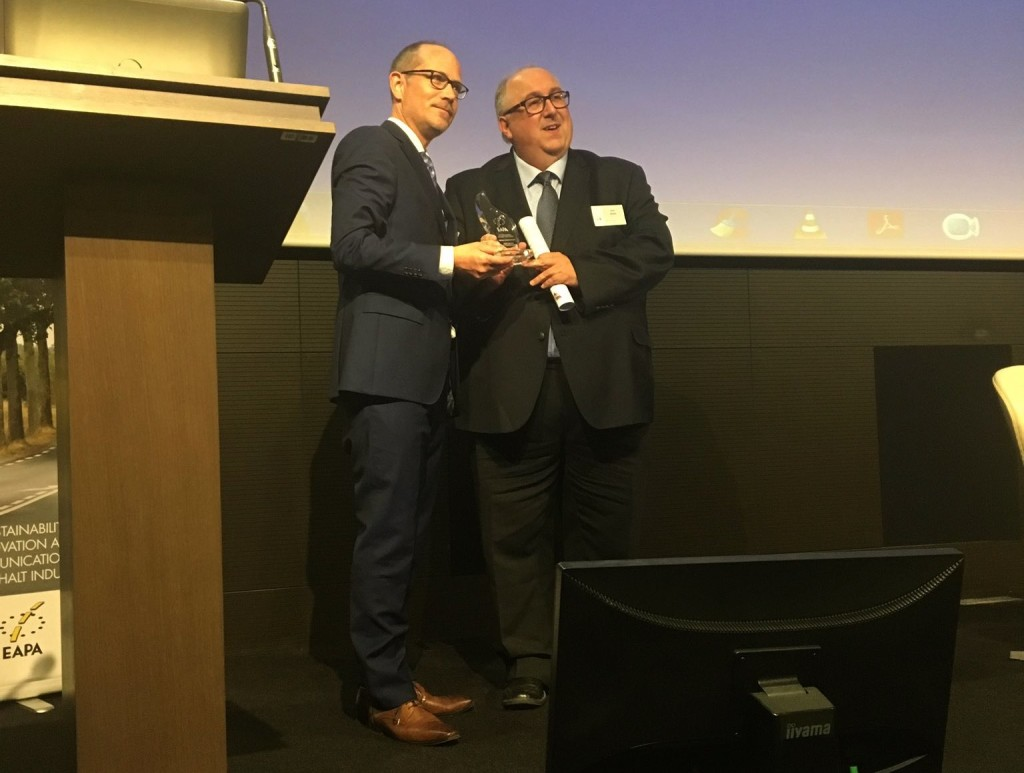 Carsten Karcher, director de EAPA, entrega el Premio Defensor del Asfalto 2017 a Horst Erden, jefe de división en J. Rettenmaier & Söhne