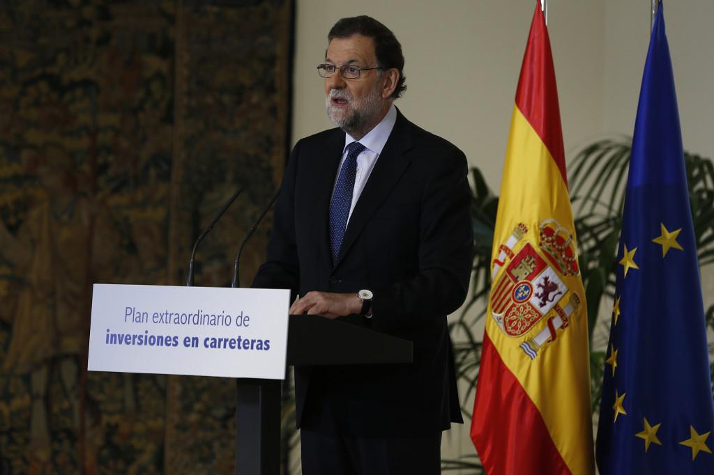 l presidente del Gobierno, Mariano Rajoy, y el ministro de Fomento, Íñigo de la Serna, a su llegada a la presentación del Plan Extraordinario de Inversiones en Carreteras mediante colaboración público-privada | Créditos: lamoncloa.gob.es