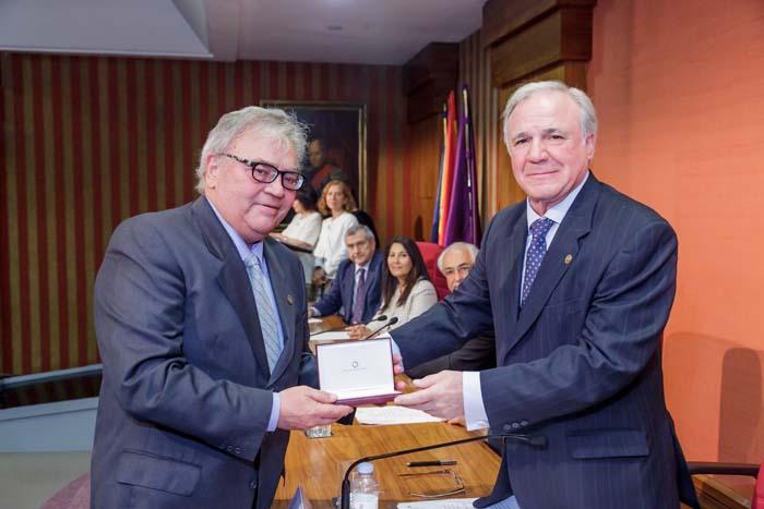 Emilio Jiménez, ex gerente de ASEFMA, recibe la Medalla de Honor de la Carretera en 2016.