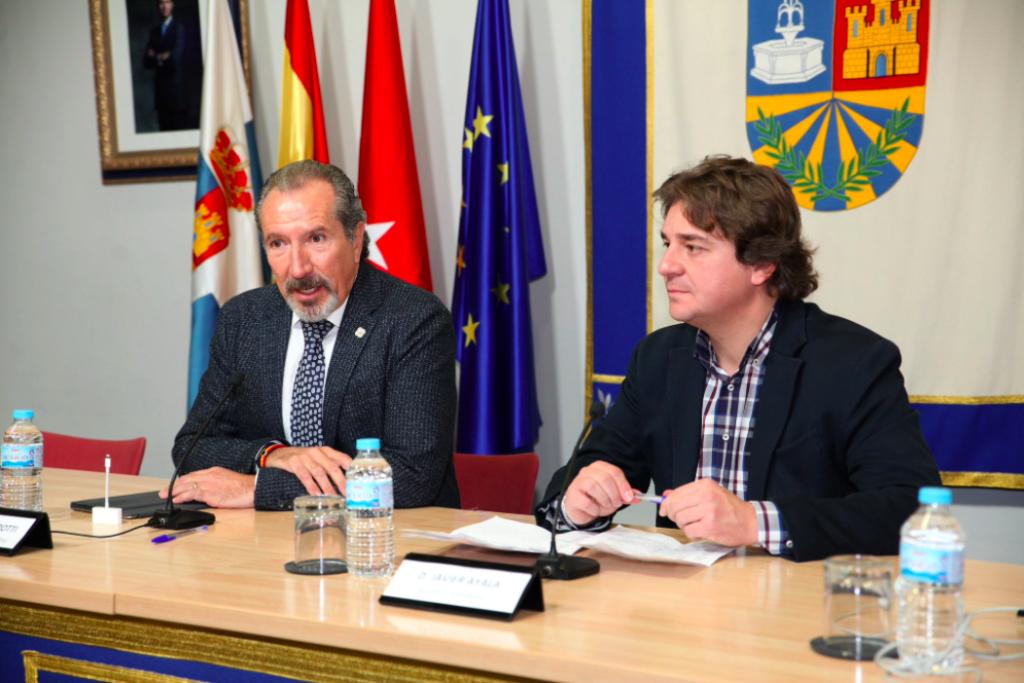 Juan Jose Potti, presidente de ASEFMA, y Javier Ayala, alcalde de Fuenlabrada, durante la inauguración de la jornada VUELCA 2018 | Créditos: Ayuntamiento de Fuenlabrada.