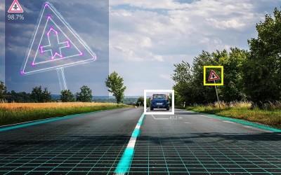 Vehículo circulando por una carretera inteligente