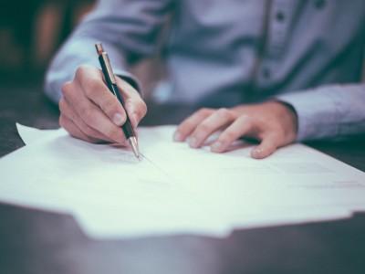 Hombre de negocios firmando un documento