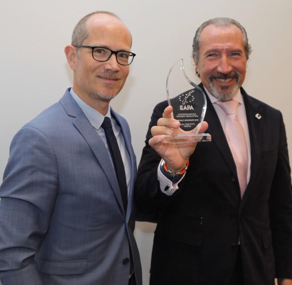 Carsten Karcher, director de EAPA, entrega a Juan José Potti, presidente de ASEFMA, el Premio Defensor del Asfalto 2018.