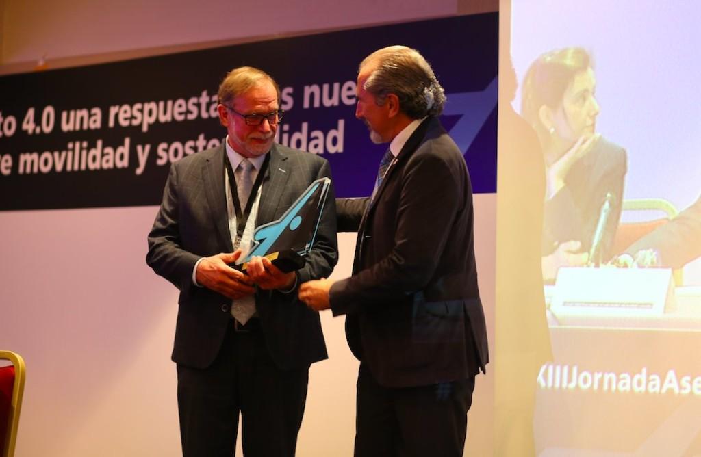 Juan José Potti, presidente de ASEFMA, entrega a Egbert Beuving, secretario general de EAPA, un reconocimiento a su labor internacional.