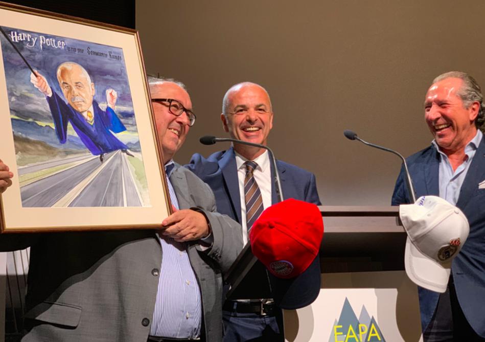 Slovenko Henigman recibe el Premio Defensor del Asfalto 2019 y un detalle de los Defensores del Asfalto 2018 y 2017: Juan José Potti y Horst Erdlen.
