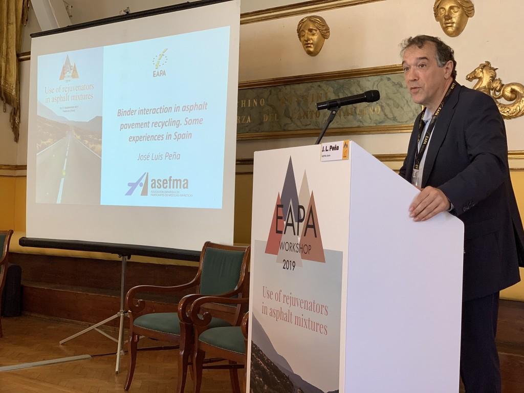 José Luis Peña, coordinador del GT-6 de ASEFMA, durante su intervención en en el seminario internacional de EAPA sobre rejuvenecedores de mezclas asfálticas   Créditos: Breixo Gómez Meijide en Twitter ( @B_GomezMeijide)